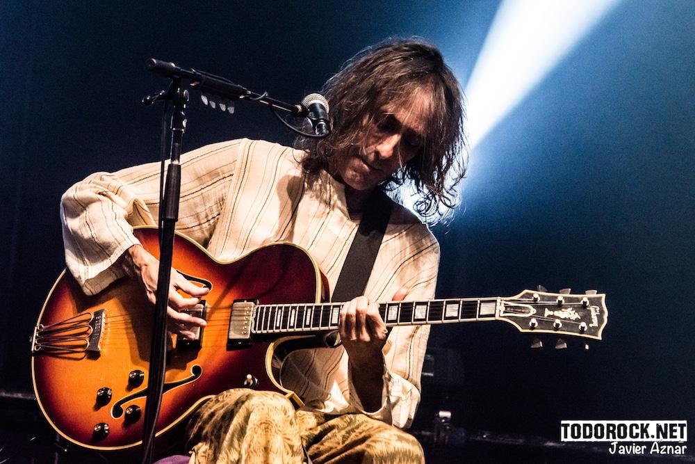 """La gira """"Nadie se baña dos veces sobre el mismo río"""" de Robe inundó el Wizink Center de Madrid de rock en estado puro"""