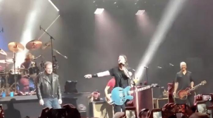 John Travolta y Chad Smith de Red Hot Chili Peppers colaboran con Foo Fighters en Nueva York