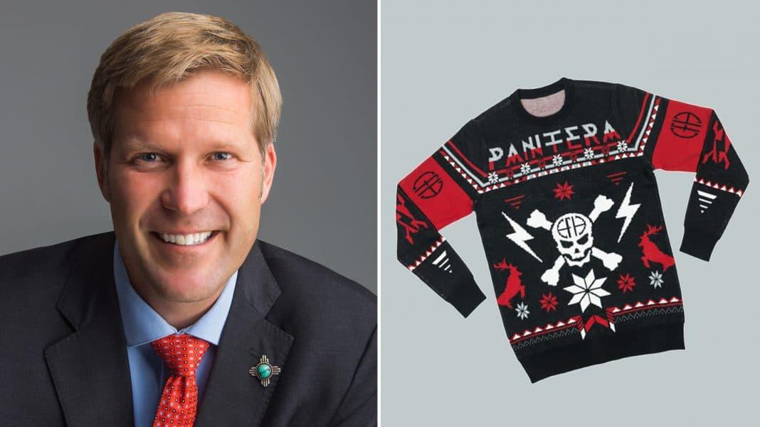 El alcalde de Albuquerque TIM KELLER firma una Ley llevando un suéter de PANTERA