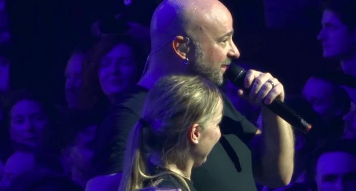DISTURBED rescata a una chica del pogo y la sube al escenario (Video)