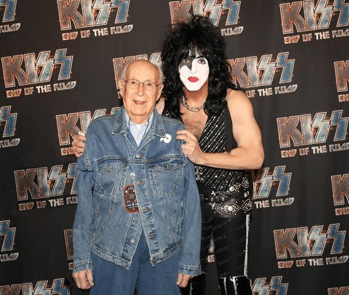 El padre de PAUL STANLEY, de 98 años, acude a un concierto de KISS en Los Angeles