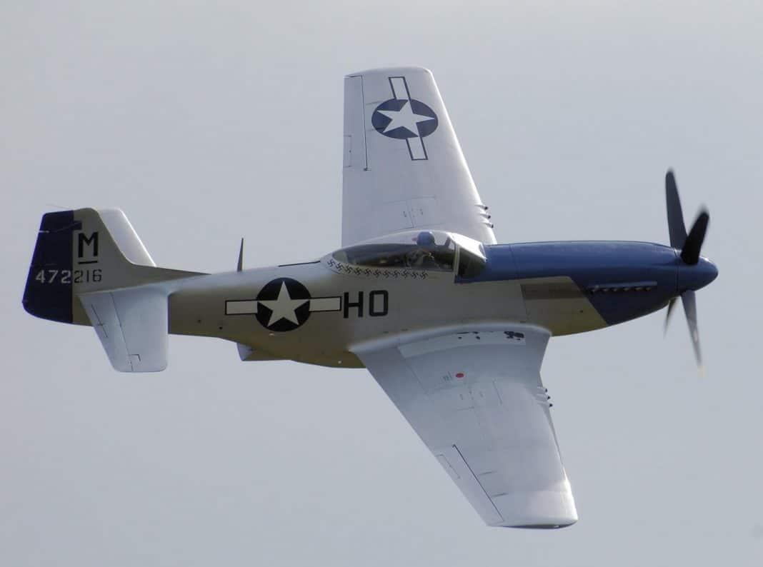 BRUCE DICKINSON de IRON MAIDEN pilota un caza de la Segunda Guerra Mundial (Video)
