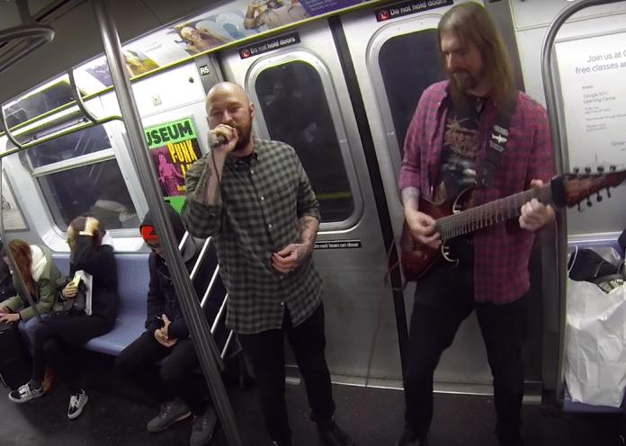 Grupo de DEATH METAL toca en el metro de Nueva York (Video)