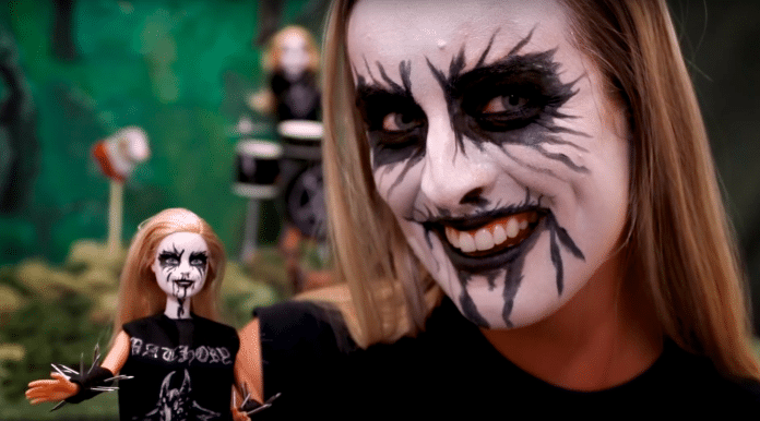 Barbie se ha vuelto metalera y ahora es BLACK METAL BARBIE (Video)