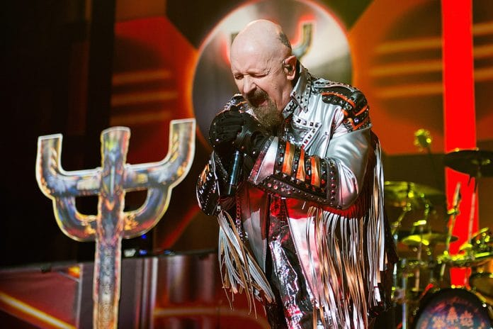 ROB HALFORD de JUDAS PRIEST patea el teléfono de un fan en pleno concierto (Video)