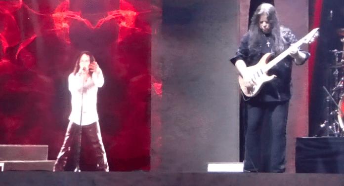 Mira el holograma de RONNIE JAMES DIO en Orlando, Florida (Video)