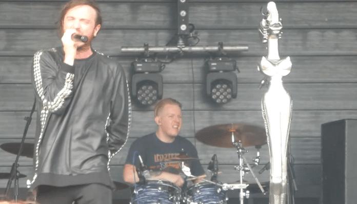 Batería de grupo tributo a KORN sufre un derrame cerebral y sigue tocando (Video)